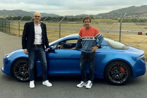 Alpine F1 Team. Fernando Alonso reçoit son Alpine A110 S