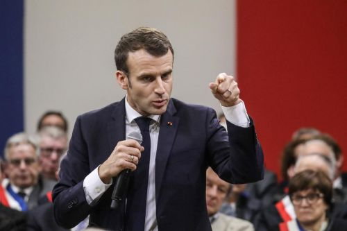 "EN DIRECT - Grand débat:  la droite s'en prend aux ""meetings de campagne"" de Macron"
