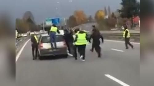 "VIDEO. Un couple force un barrage de ""gilets jaunes"" à Chambéry, la situation dégénère"