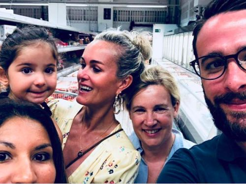 PHOTOS. Surprenant ! Quand Laeticia Hallyday prend la pose avec un fan dans un supermarché à Saint-Barth