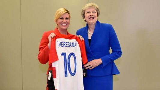 Coupe du monde 2018. Theresa May reçoit un maillot croate de la part de la présidente de la Croatie