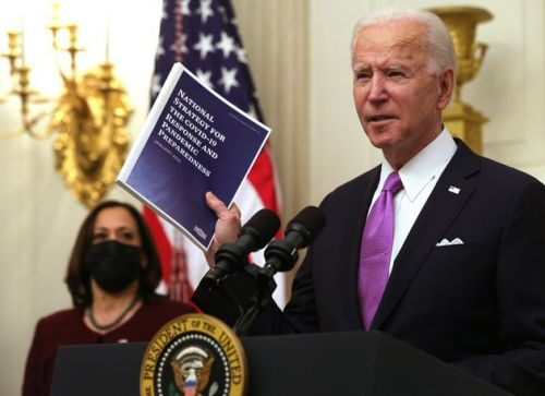 Joe Biden, face au Covid-19, impose la quarantaine aux voyageurs par avion
